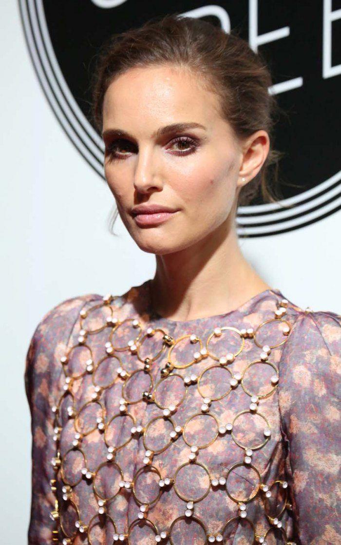 Natalie Portman en 15 beauty looks - Natalie Portman ose assortir la teinte de sa robe à celle de son fard à paupières.© Getty