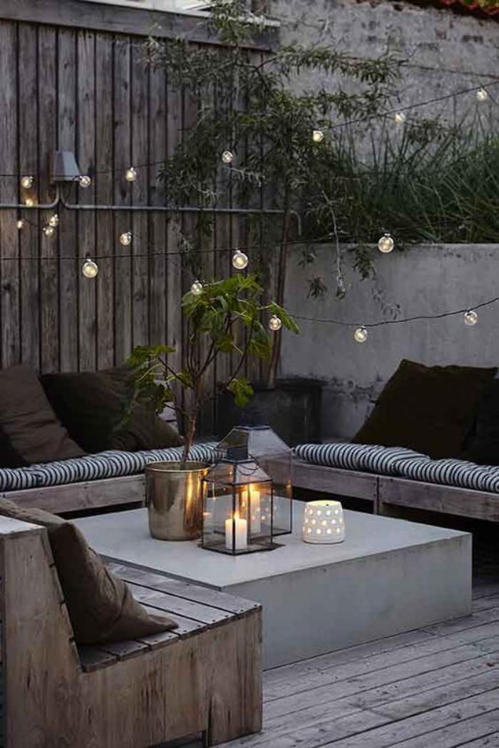aménagement extérieur, table basse et grandes banquettes de bois, équipement fonctionnel