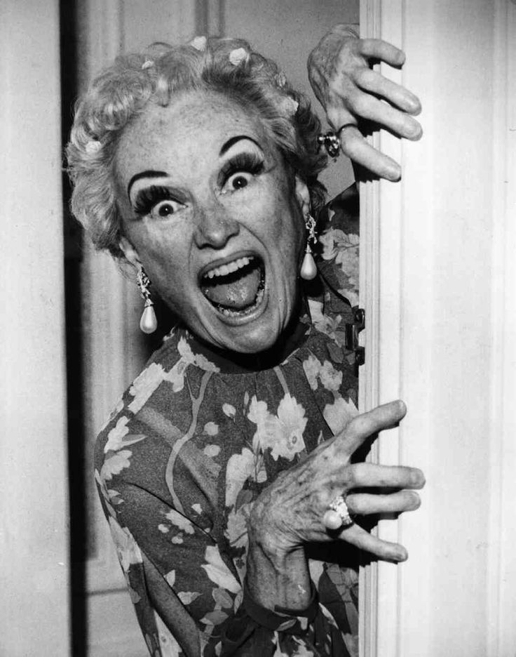 phyllis diller | Phyllis Diller plays peekaboo with the cameraman before the start of ...