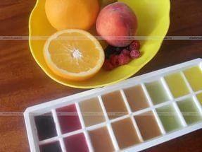 Выжмите лимон и лайм в формочки для льда и поместите в морозилку. Теперь у вас в любое время будет свежий цитрусовый сок. Цедру также можно замораживать и использовать для приготовления разных блюд.