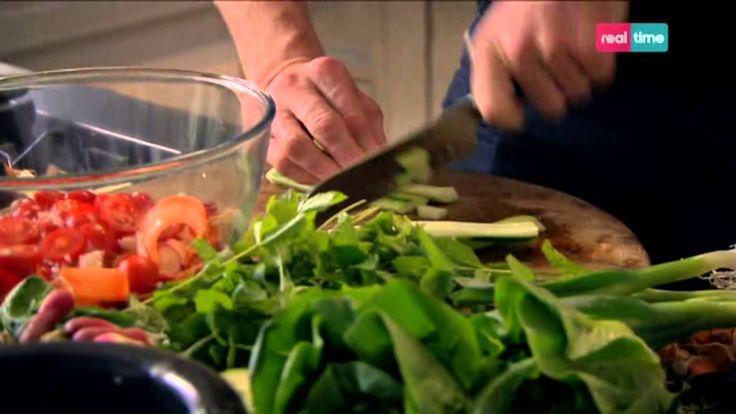 Cucina con Ramsay # 15: Insalata di manzo speziata Un miscela perfetta di dolce, acido, salato e amaro. E' un accompagnamento ideale per molti frutti di mare e tipi di carne, ma si sposa particolarmante bene con un bistecca. INGREDIENTI 2 lombate di manzo di 200-250 gr. ciascuno Olio di oliva per friggere 2 carote mondate e pelate 6 ravanelli mon...