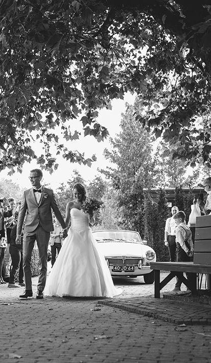 Bruid en bruidegom stralen bij de chique aankomst op Mereveld. De oude plataan doet het goed bij iedere bruidsreportage! #Mereveld Utrecht in TOP 5 populairste trouwlocaties van Nederland!