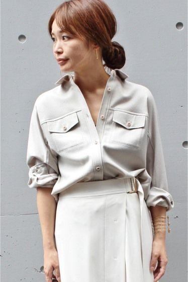 予約フラノCPOシャツ  予約フラノCPOシャツ 18360 お届け予定10月中旬 限定数量に達し次第締め切りとなります 2016AW FIGARO paris ウール素材の温かみのあるシャツ ミリタリー調のCPOジャケットをエレガントなシャツデザインに落としこみました 袖に切り替えを入れずドルマンのようなシルエットにすることで女性らしさを感じさせます メンズライクなアイテムをスカートやヒールなどあえて女性らしいアイテムと組み合わせるのがオススメです 取り扱いについては商品についている品質表示でご確認ください 店頭及び屋外での撮影画像は光の当たり具合で色味が違って見える場合があります 商品の色味はスタジオ撮影の画像をご参照ください 着用スタッフ身長166cm 着用サイズ38 スタジオ撮影着用スタッフ身長:164cm 着用サイズ38 注意事項 画像の商品はサンプルです 実際の商品と仕様加工が若干異なる場合があります サイズ表記はあくまで目安となります その他の予約商品通常商品との同時決済はできません 入荷状況によりお届け予定が前後する場合があります…