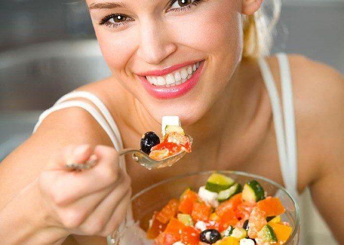 5 ПРИЧИН ЕСТЬ МЕДЛЕННЕЕ     Одна из главных проблем современной жизни - невероятная быстрота происходящего. Нам все время нужно куда-то бежать, и чаще всего нам совершенно не хватает времени на нормальный обед или завтрак. Прием пищи, как правило, выглядит как молниеносный перекус, за время которого мы занимаемся сотней дел и сосредоточены на самой еде меньше всего. Это совершенно не добавляет нам здоровья. И такая мелочь, как неторопливые приемы пищи, могут существенно изменить жизнь и…