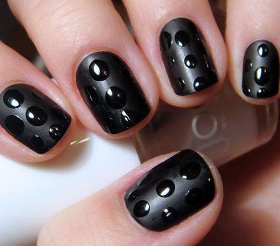 Lakkozd+ki+a+körmöd+matt+feketére,+majd+óvatosan+tégy+rá+pöttyöket+ugyanilyen+színű+fényes+körömlakkal!