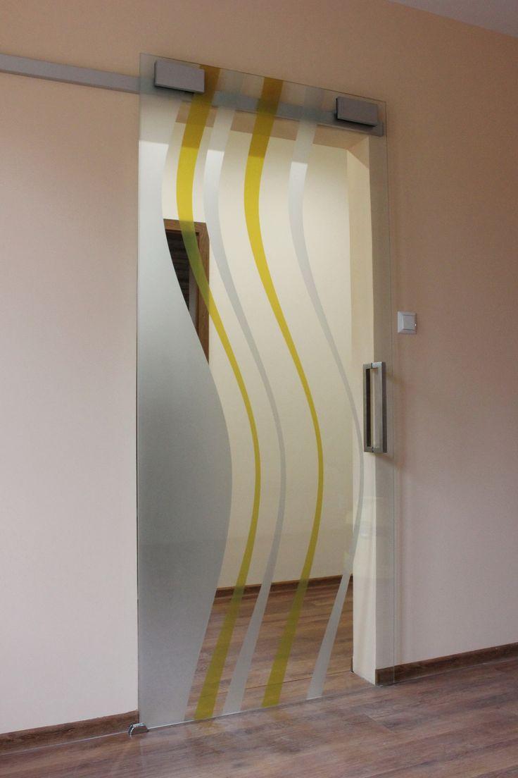 Realizácia sklenených posuvných dverí GG-242 z kategórie STYLE s motívom vĺn tvorených pieskovaním a digitálnou tlačou na 8 mm hrubom skle. Sklenené posuvné dvere sú osadené v posuvnom systéme Slido Design s nerezovým madlom.