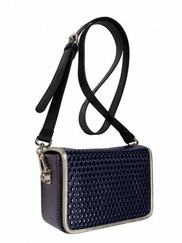 Extremely elegant leather coffer with shoulder belt. The bag is made of italian leather. From the inside it is decorated with quilted satin lining in silver. Active suspended for a long, adjustable belt. Stiffen the flap is closed with two magnets. Each original handbag GOSHICO id is in the middle of the tab with our logo. PRICE: 192.81 € http://goshico.com/en/torebka-boxy-1360.html