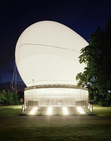 JO8_fl In 2006, Rem Koolhaas and engineer Cecil Balmond created a pavilion on the grounds of the Serpentine Gallery in London.