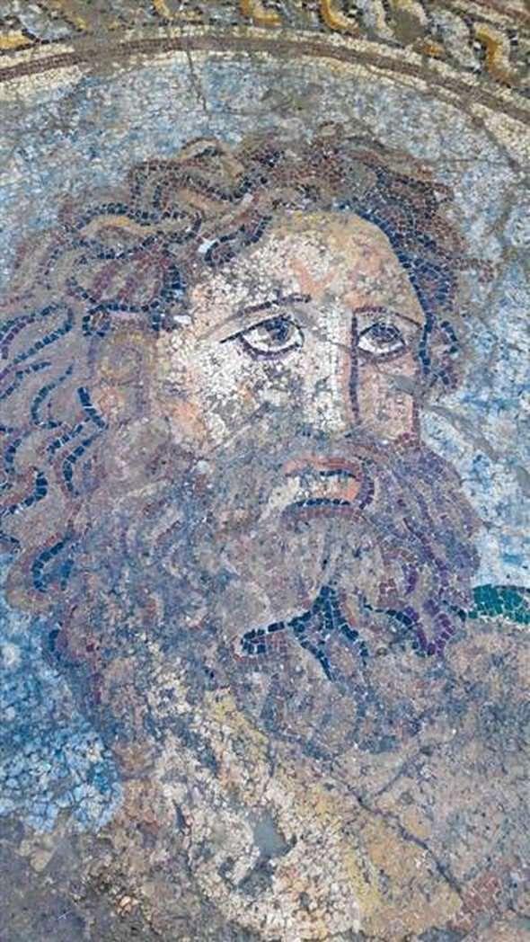 Aigeai antik kenti/Yumurtalık/Adana/// Adana Müze Müdürlüğü'nce Aigeai Antik Kenti'nde sürdürülen çalışmalarda, Roma dönemine ait hamamın soğukluk bölümünde, Yunan mitolojisinde Deniz tanrısı ve baş tanrı Zeus'un kardeşi olan Poseidon'un tasvir edildiği mozaik bulundu. M.S. 3 ya da 4. yüzyıla ait olduğu tahmin edilen ve kısmen tahrip olan mozaiğin alt kısmında Grekçe  'Bütün yıkananlar, size selam olsun' yazıyor.