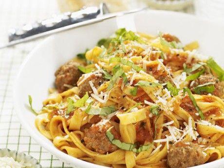 Pasta med  parmesanfrikadeller i tomatsås från Allt om Mat
