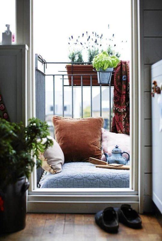 Un grand coussin au sol, quelques accessoires et le résultat est un petit balcon vraiment confortable, idéal pour passer du temps à bouquiner...