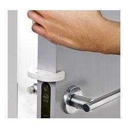 IKEA - ПАТРУЛЬ, Фиксатор для дверей, Фиксатор предотвращает полное закрывание двери, что снижает риск того, что ребенок прищемит пальцы дверью.Фиксатор можно также установить на ручку двери, чтобы дверь не ударялась о стену.