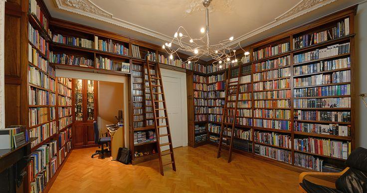 Mahonie bibliotheekkast in Grachtenpand in Leiden. Gemaakt en geplaatst door Mr. Higgins