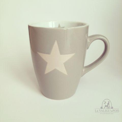 Mug grigia in ceramica decorata con stella bianca esterna e piccola stella grigia all'interno.
