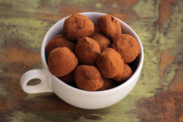 A origem das trufas de chocolate vem de uma analogia à trufa, fungo que é uma das mais caras e raras iguarias da alta gastronomia, esse fungo nasce sob a terra e sua forma é irregular. As trufas de chocolate...