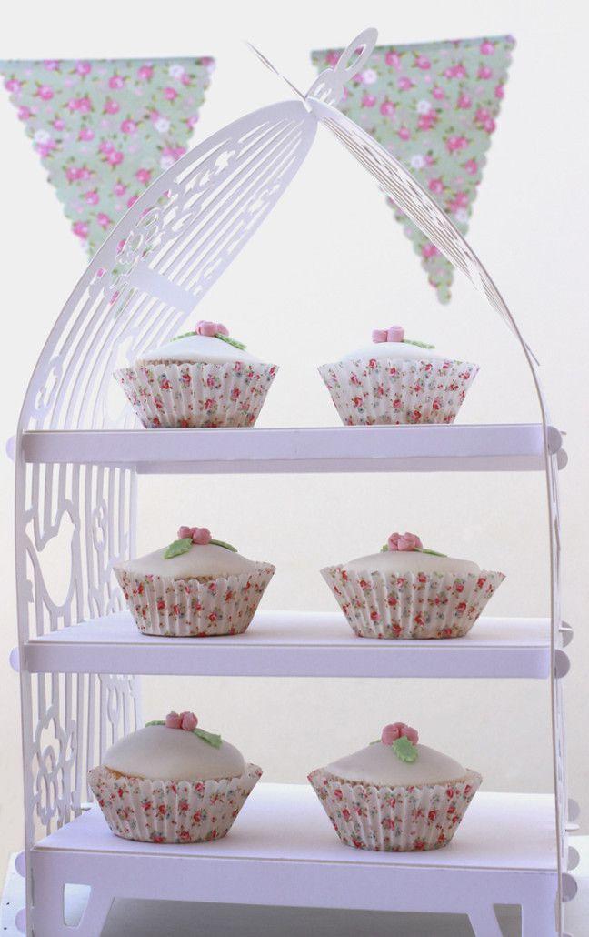 #soporte para #cupcakes con forma de jaula. Ideal para la #mesa #dulce de un #bautizo #comunion o #fiestas de #niñas. www.monamonina.com