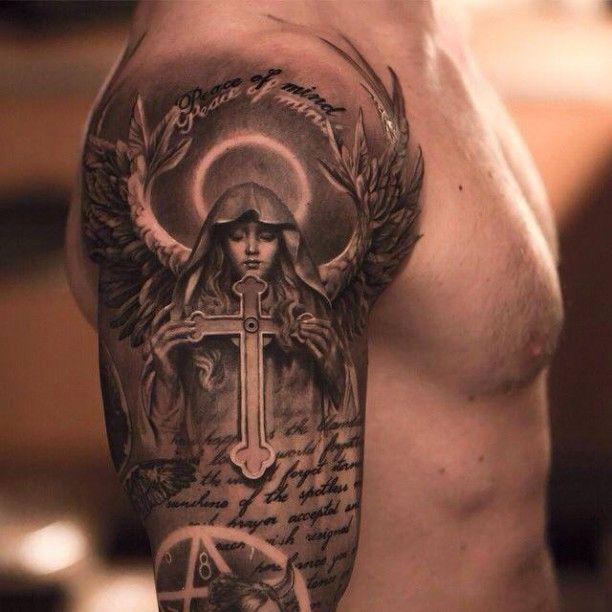 Engel mit Kreuz und Schrift Tattoo