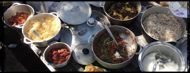 Îles & cuisine - La recette du « rougail saucisses » agite périodiquement la toile. Normal : un bon-vrai « rougail saucisses », cela ne s'improvise pas. C'est même une alchimie très délicate. Mais, voilà voilà, la plus célèbre marque d'électroménager s'est emparée de la question avec sa récente « Gamme Cookeo » et propose la recette d'un « rougail saucisses » dont l'origine est attribuée aux « Antilles ». L'assassin... L'assassin ! Mettre du vin blanc dans un « cari réunionnais » ?…