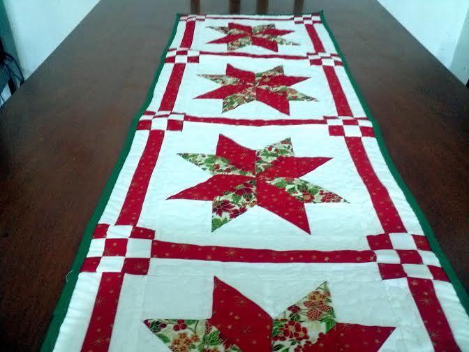 Utilizamos as Tecnicas de Patchwork para criarmos esse lindo caminho de mesa para enfeitar sua casa no Natal com medidas aproximadas de 140X45cm. Nas cores verde e vermelha.