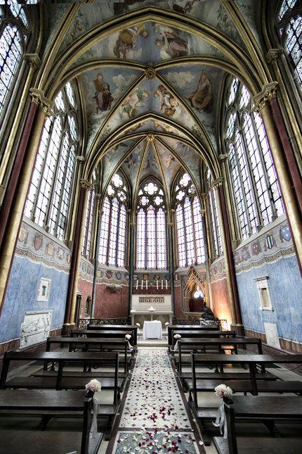フランスのパリ郊外の小さな町にある教会。天井がロッマンチックなデザイン♡教会での結婚式おしゃれまとめ♡ウェディング・ブライダルの参考に♡