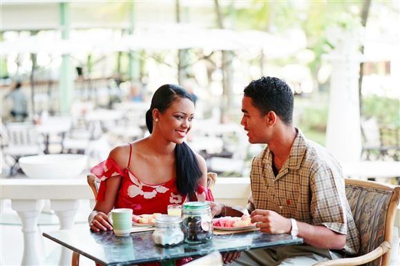 Przychodząc z kimś do restauracji, możemy zająć miejsce przy stole w dwojaki sposób: - Możemy usiąść naprzeciw siebie. Tworzy to oficjalny dystans i ułatwia rozmowę, ponieważ siedzimy twarzą do siebie. Jest to idealne usadzenie w trakcie rozmowy biznesowej oraz innej oficjalnej sytuacji. Możemy również usiąść obok siebie, po obu stronach rogu stołu, czyli przy jego prostopadłych bokach. Takie usadzenie jest mniej formalne i sprawdzi się w trakcie spotkania towarzyskiego.