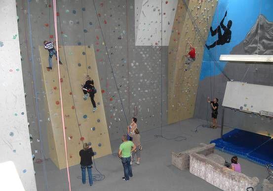 Indoor Kletter- und Boulderhalle mit Bogenschießen und Spaßolympiade. - Tourist Information Willingen