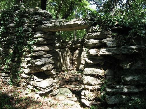 Nel tempo, i pastori hanno utilizzato alcune pietre per costruire questa struttura, forse come riparo per le pecore.