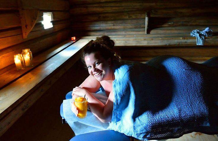 <p>I SETERBU FRA 1860: Stine Renate Håheim fra Valdres har inntatt spa-benken på Kalven Seter, der kaffegrut-skrubben venter. Gjennom gluggen i tømmeret ser hun ned til idylliske Lemonsjøen. Foto: Svein Holen</p>