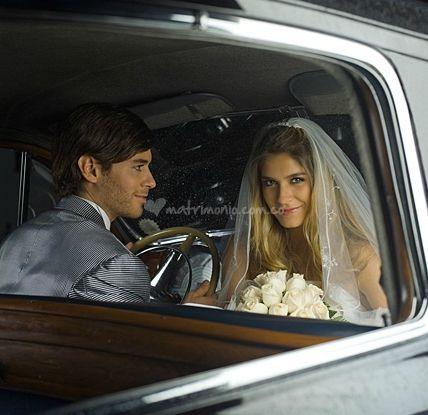 Los novios dentro del coche de Andrés Bernal Photographer | www.matrimonio.com.co