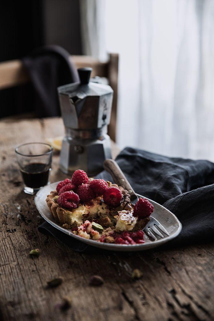 Crostatine alla Crème brûlée con pistacchi e lamponi.