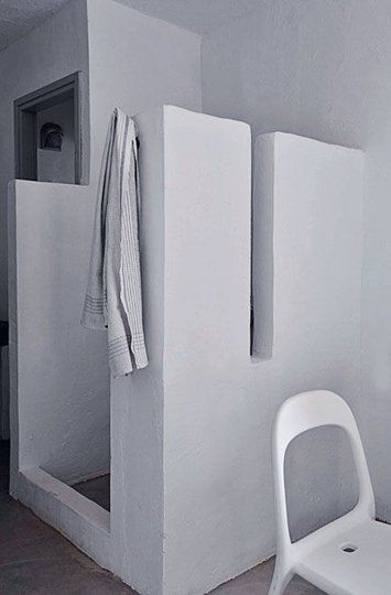 Une salle de bains brute d'inspiration grecque