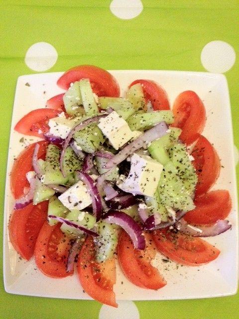Een heerlijke Griekse salade die heerlijk smaakt met een broodje erbij. Deze salade is in Griekenland ook wel bekend als de 'xoriatiki salata'. Tijd: 10 min. Benodigdheden: 2 tomaten Een halve rode ui 100 gram feta Een halve komkommer 2-3 eetlepels olijfolie 2 theelepels oregano Eventueel paprika en olijven Bereidingswijze: Snijd de tomaten in mooie...Lees Meer »