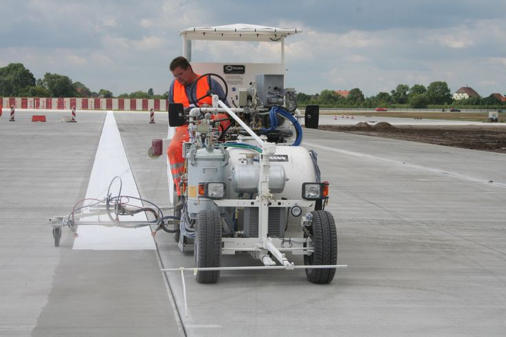 HOFMANN H26-3 airport marking machine for cold paints with pump (Airless) and 3 spray guns during airfield marking operation (Airbus/Hamburg) http://www.hofmannmarking.de/en/tmpl_produkt.php?prodnr=42