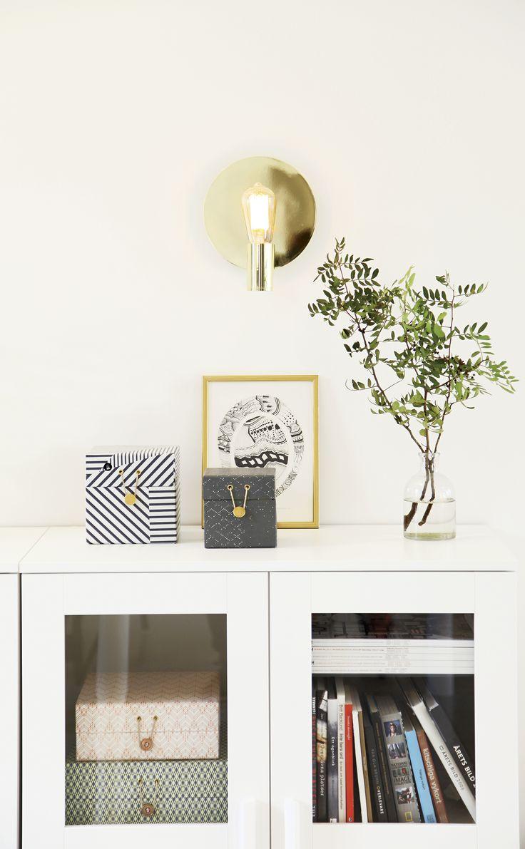 Gloria vägglampa i mässing, design Malin Lundmark. Finns också i vitt och krom. Gloria wall lamp in brass, design Malin Lundmark. Model also in White and chrome.