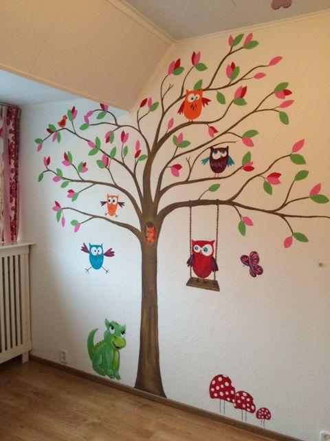 Muurschildering boom met uilen en draakje
