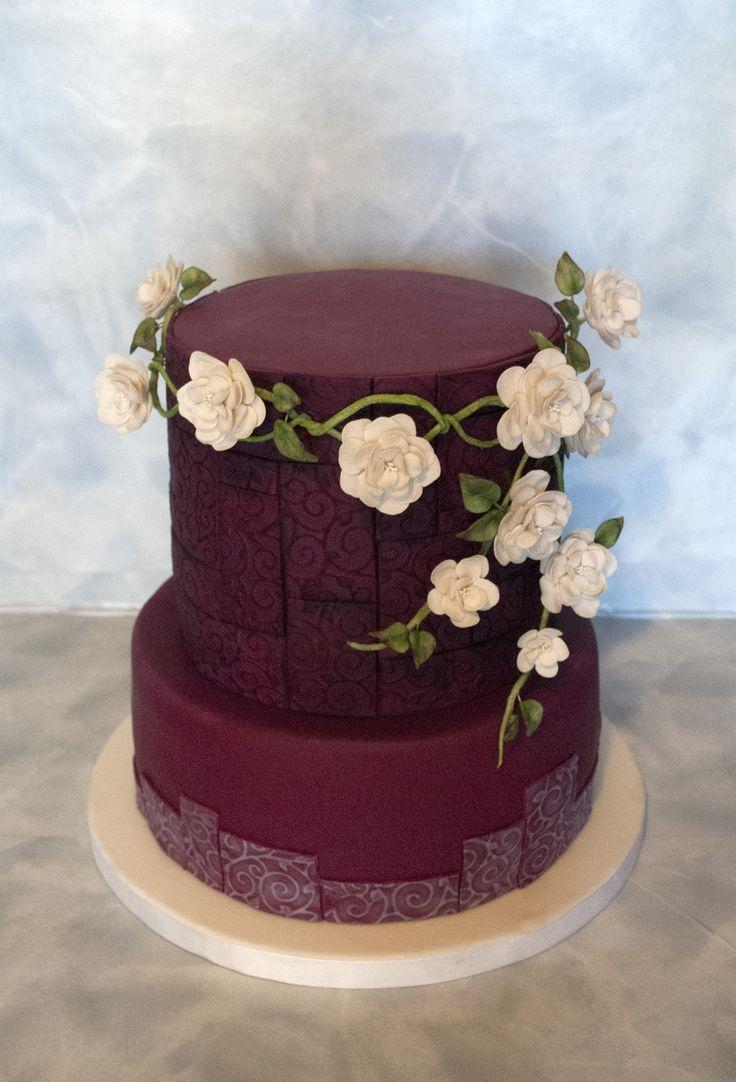 Svatební dort v bordó a  bílé s cukrovými kvěinami - inspirováno svatebním věnečkem. Wedding Claret and White Cake with sugarpaste flowers - inspired by wedding wreath to hair.