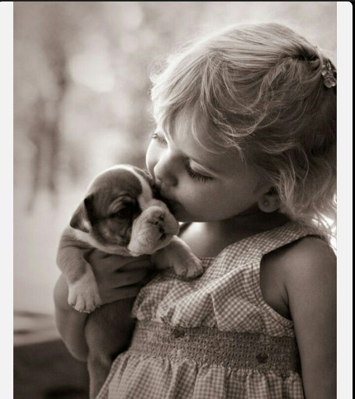 The girl kissing to dog. So cute~~!♡