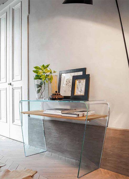 Consolle modello Altamura by TONIN CASA. Consolle in vetro curvo con ripiano in legno. Semplice ma di effetto arreda i piccoli spazi di casa rendendoli funzionali.