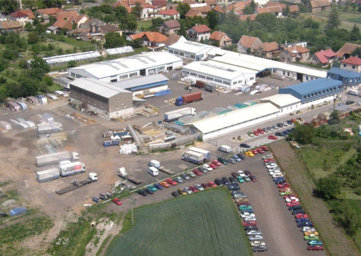 Letecký pohled na výrobní prostory a ekonomické zázemí Alukovu, výrobce kvalitních zastřešení teras, bazénů a vířivek, v roce 2009.