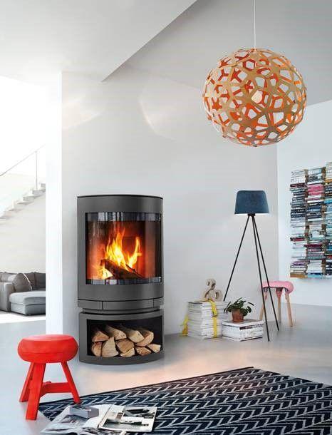 Kominek wolnostojący Emotion firmy Skantherm. Półokrągła panoramiczna szyba pozwala na podziwianie ognia z każdej strony.