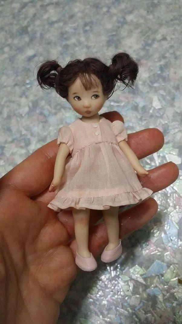Недавно я познакомилась с замечательной девушкой-кукольницей Sun Joo Lee, которая живет и работает в Сеуле. Корейская художница создает миниатюрных фарфоровых кукол. Росточек которых всего 9,5 см. Вся одежда шьется мастером вручную и она вся съемная! Куклы имеют приличный гардероб, в котором умещаются платья, юбочки, кофточки, пальтишки, ботиночки, шляпки и много миниатюрных аксессуаров.