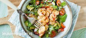 Pittige garnalen salade. Deze salade met garnalen gebakken in rode peper en knoflook staat binnen 15 min op tafel.