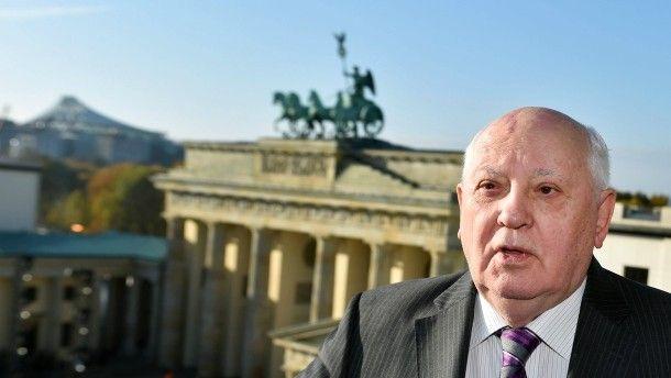 Der frühere sowjetische Staatspräsident Michail Gorbatschow steht als Ehrengast der Gedenkfeiern zum Mauerfall vor 25 Jahren am Pariser Platz in Berlin, im Hintergrund das Brandenburger Tor.
