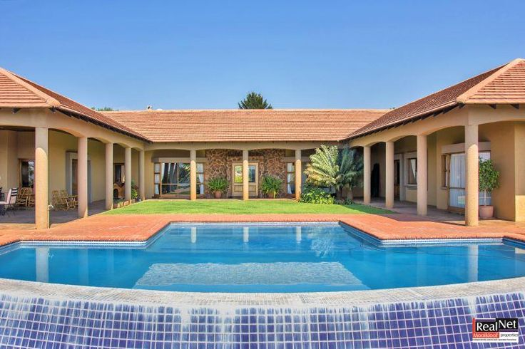 Single level home with stunning views in the centre of the luxurious Mooikloof Equestrian Estate. Lovely 4 bedroom house build on a single level surrounding a infinity swimming pool. The house offers 3 bathrooms, study, spacious living areas and entertainment area. Beautiful kitchen with scullery and laundry room. Established garden with heated swimming pool and 3 garages.