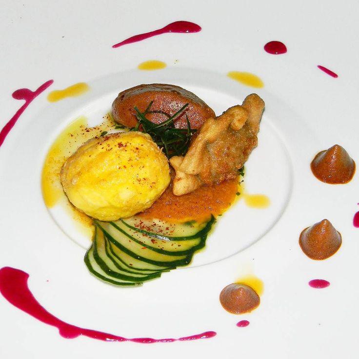 Gyosa empanadita japonesa rellena de cerdo y vegetales tamago age huevo frito relleno de mousse de lau-lau ahumado acompañando de una espuma de salsa sanbaizu aceite de nanami togarashi y coolis de frutos rojos todo esto elaborado con productos 100% Venezolanos. #SOMOSMAS  #ComidaVenezolana #instagram #chefstalk #Food52 #forkfeed #chefsofinstagram #gastroart  #everydayibt #foodporn #theartofplating #foodphotography #foodart  #InstaFood #dailyfoodfeed #culinarychefsportal  #food #eeeeeats…