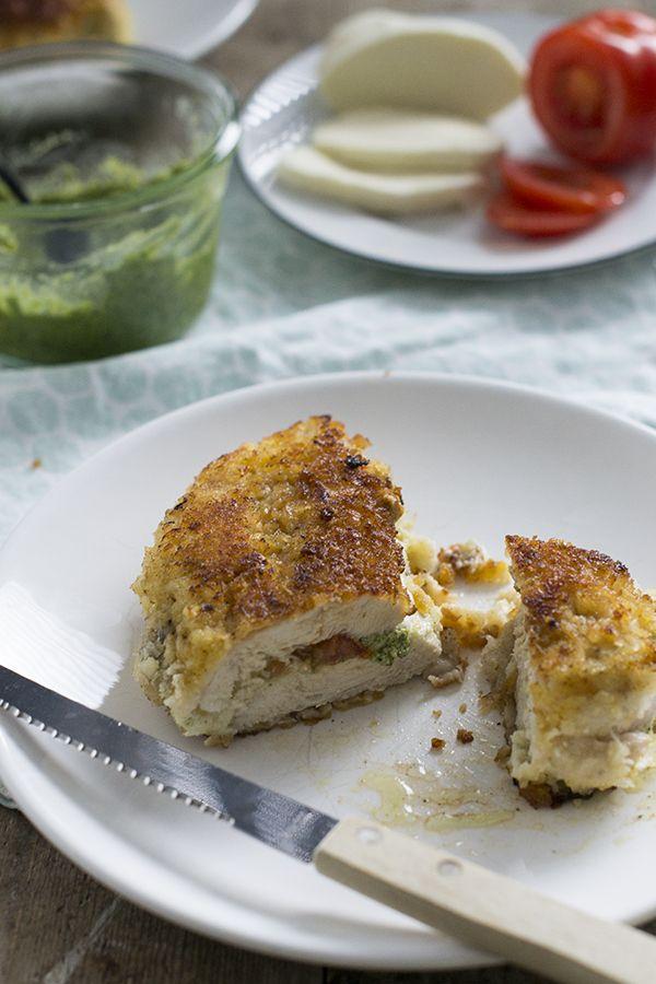 Recept om de bekende kip cordon bleu met een Italiaans tintje te maken. De kip is in dit geval gevuld met pesto, mozzarella en tomaat.