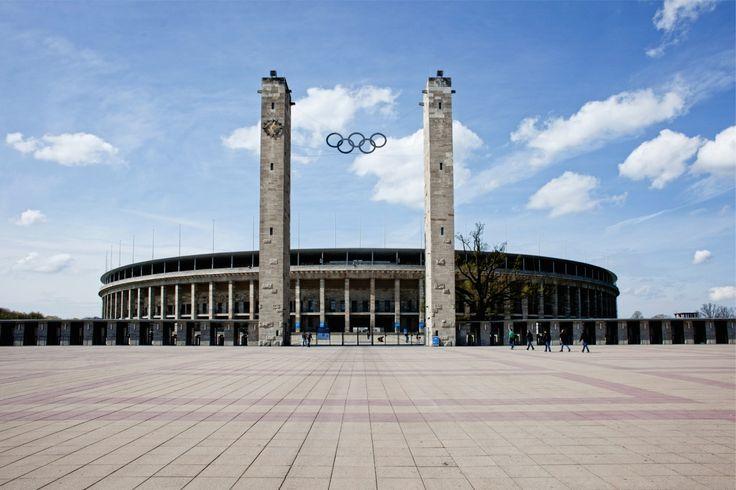 Le Stade Olympique de Berlin et le clocher (Olympiastadion et Glockenturm) ont été construits pour les Jeux Olympiques de 1936, après qu'un champ de course d'une longueur de 2400 mètres conçu par Otto March dans le quartier de Grunewald en 1909 eut été rasé en 1934 pour laisser place au nouveau National Stadium, dessiné par les fils de March, Werner et Walter, sous la supervision du Ministère de l'Intérieur du Reich.