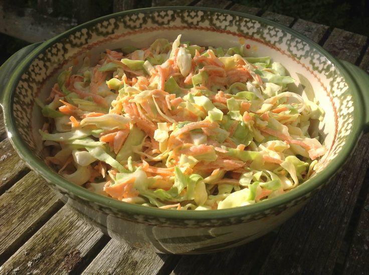 Dit is nu echt een salade die iedereen lust. Super eenvoudig, maar o zo lekker. Coleslaw is een combinatie van witte kool en wortel met een dressing op basis van mayonaise. Je vindt in de vele coleslaw-recepten die er zijn, veel variaties in toevoegingen: ui, appel, rozijnen etc. Wij vinden al die toevoegingen echt niet …