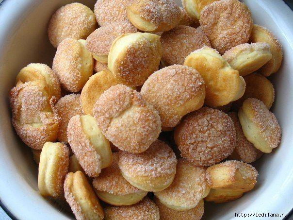 Быстрое печенье 250 г маргарина (мягкого - предварительно дать полежать вне холодильника) 300 г сметаны 2,5 - 3 ст. муки (а точнее - сколько возьмет на мягкое, не липнущее к рукам тесто) 0,5 пакетика разрыхлителя.