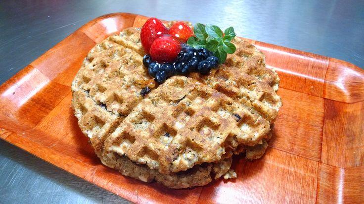 wafles de harina de avena,gluten free,varias oleaginosas y coco natural como endulzante.